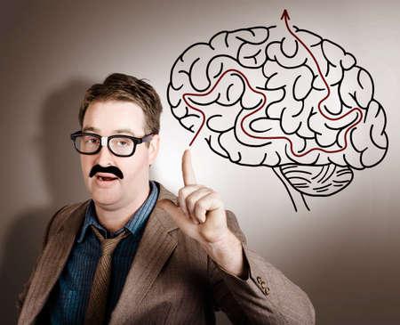 pensamiento creativo: hombre de negocios pensando en la idea creativa con la inteligencia mente cuando se apunta a una ilustración laberinto cerebral Foto de archivo
