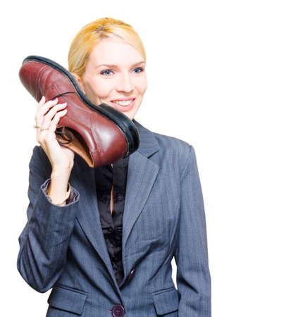 servicio al cliente: Línea de ayuda Ayuda de escritorio de la recepcionista contesta su teléfono zapato o teléfono en una humorística humorísticos Manor Of Madness loco y loco de negocios aislados sobre fondo blanco