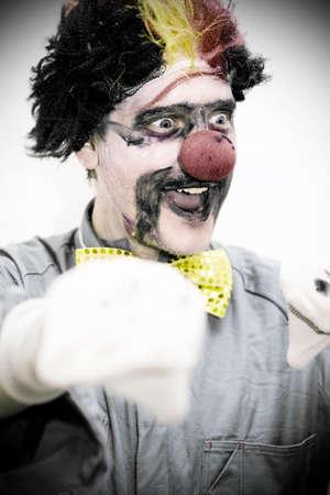 clown cirque: Dans un divertissement affichage pour toute la famille un cirque Clown Sourire Performing t-A Dark et humoristique Marionnette Montrer Banque d'images