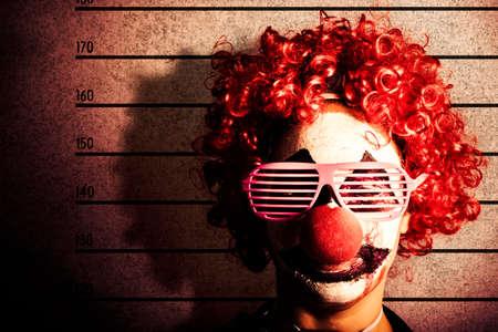 payaso: Grunge retrato de un payaso divertido penal conseguir la foto mug shot ID en líneas de la policía