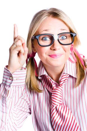 estereotipo: Dorky de negocios que llevaba sujetada con cinta adhesiva los vidrios y el estereotipo de rayas Camisa Y Lazo gesticular una idea de la invención Foto de archivo
