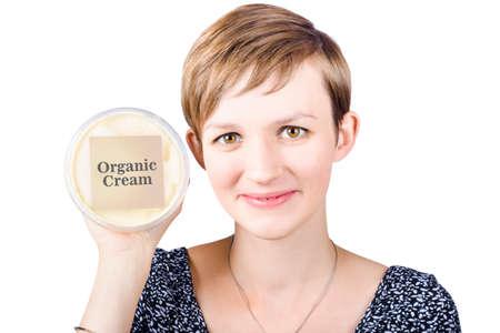 grasas saturadas: Mujer joven bastante saludable con una sonrisa feliz que soporta ba�era de etiquetado org�nico de la crema, aislado en fondo blanco Foto de archivo