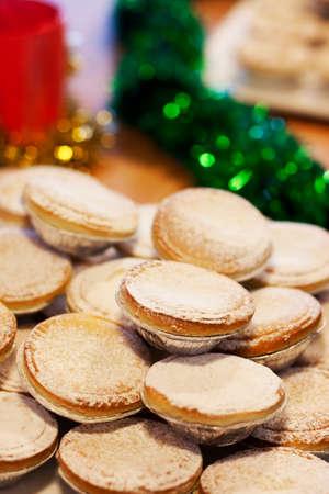 carne picada: Una Pila De Navidad pica las empanadas en una mesa decorada Foto de archivo