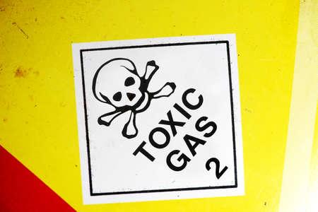 riesgo quimico: Muestra del gas tóxico en el lateral del envase de un producto químico Foto de archivo