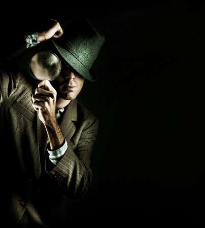crime scene: Grunge creativo Retrato de un hombre con una lupa mientras que en una búsqueda y encontrar Misión para resolver un Crime Scene Investigation, Aislado En Negro