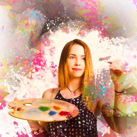 artistas: Retrato creativo de una mujer de pintura de la mano obra mural art�stico en muestras de colores brillantes. pintor clase de arte para adultos Foto de archivo