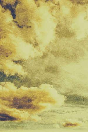 atmosfera: Vieja textura de la nube con las formaciones blancas elevadas del cúmulo en los cielos amarillos arriba. Fondo de la vendimia