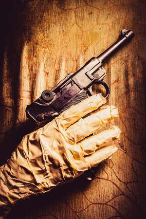 venganza: Primer en una pistola de explotación de la mano de la momia contra la pared de madera. Maldiciones de la venganza