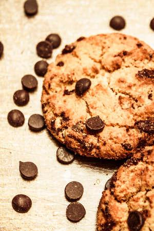 galleta de chocolate: Todavía vida en primer plano en las galletas con trocitos de chocolate espolvoreado Gotitas en banco de la cocina