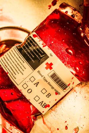 Stillebenansicht des hohen Winkels auf dem Etikett einer Transfusionsblutbeutel in einer chirurgischen Betriebswohnung. Notszene Standard-Bild - 64266360