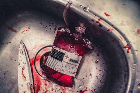Furchtsames Horrorstilllebenfoto auf einer Bluttasche mit Messer in der metallischen Wanne. Nur in einer Vampirküche Standard-Bild - 64350988
