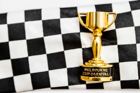 Australische Veranstaltungen noch Leben auf einem Pferd Rennen Trophäe auf Check Flagge Hintergrund. Melbourne Cup gewinnen Standard-Bild - 64566166