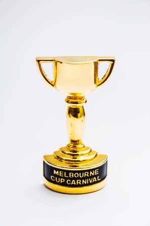 Melbourne Cup Pferderennen Trophäe Dekoration auf grauem Hintergrund. Australische Veranstaltungen Stillleben Standard-Bild - 64566169