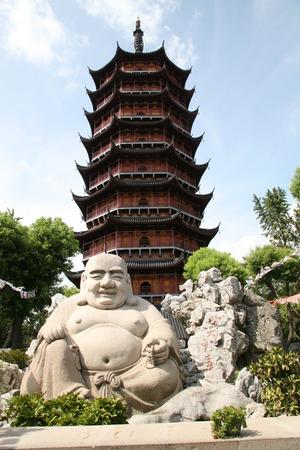 Lachende boeddha standbeeld voor pagode in Suzhou China Stockfoto