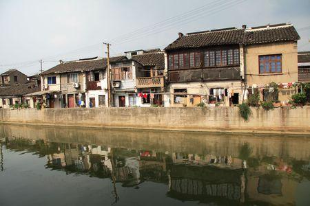 Huizen door het Grand Canal in China