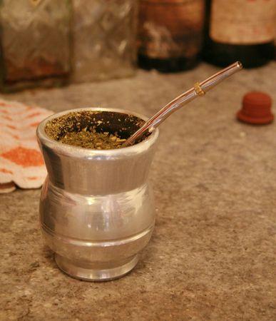 yerba mate: Una taza de yerba mate, la bebida nacional de Argentina, Paraguay y Uruguay