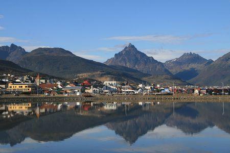 Kijk op het centrum van Ushuaia, Tierra del Fuego, Argentinië met reflectie in het Beagle kanaal.  Stockfoto