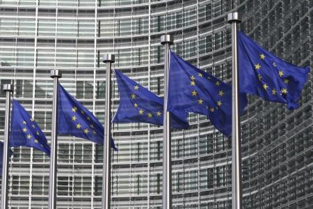 regel: Europese vlaggen in de voorkant van de Europese Commissie in Brussel