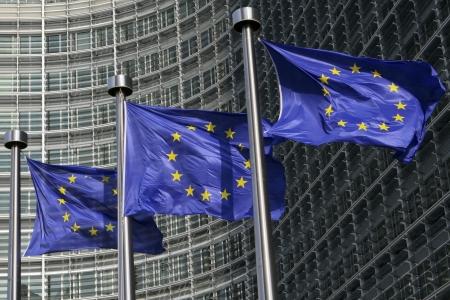 gewerkschaft: Europ�ischen Flaggen einwirken, die den Wind, vor dem Europ�ischen Kommission Berlaymont-Geb�ude in Br�ssel, Belgien Lizenzfreie Bilder