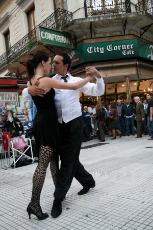 Buenos Aires, Argentinië - 14 mei 2008: Paar Tango dansen op straat Florida in Buenos Aires