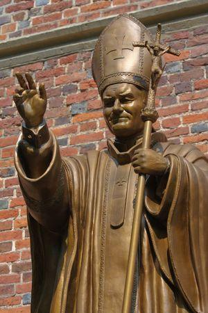 cat�licismo: DROHOBYCH, Ucrania - el 6 de agosto de 2008: Estatua del Papa Juan Pablo II en la Iglesia Cat�lica de Drogobych