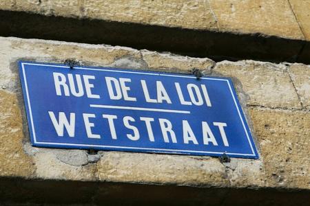 political system: Rue de la Loi - Wetstraat: biling�e firmar m�s famosa calle de Bruselas, s�mbolo del sistema pol�tico de B�lgica. Foto de archivo