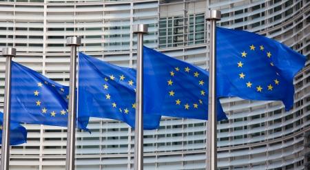 Europäische Flaggen vor dem Berlaymont-Gebäude, Hauptsitz der Europäischen Kommission in Brüssel Editorial