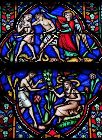 Adam und Eva essen die verbotene Frucht und sind aus dem Paradies vertrieben Dieses Fenster mehr als 150 Jahren entstanden ist, wird kein Eigentum Release erforderlich
