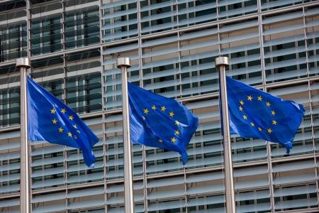 europeans: Bandiere europee di fronte al palazzo Berlaymont, sede della Commissione europea a Bruxelles.