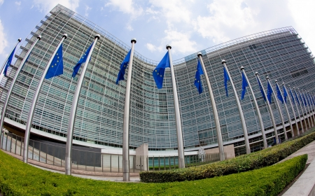 브뤼셀에있는 유럽위원회의 베를 레몽 건물, 본사 앞에 유럽 플래그