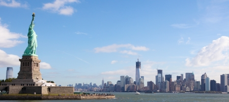 liberty: Panoramic skyline of Manhattan with the Statue of Liberty in New York City, US Stock Photo
