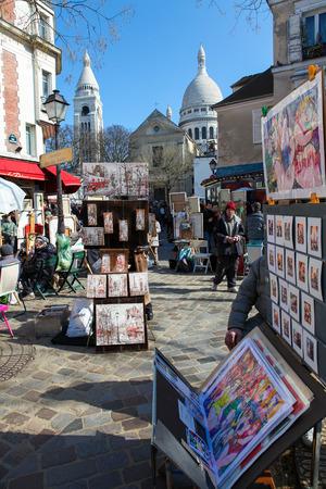 PARIS, Frankreich - 6. März 2011: Maler verkaufen ihre Arbeit an der berühmten Place du Tertre in Montmartre, Paris, Frankreich.