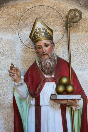 Statue of Saint Nicholas of Bari in the church of San Francisco in the historic town Betanzos, Galicia, Spain. Saint Nicholas is holding three balls of gold, that represent the legend of the dowry he gave to three unmarried girls. Stok Fotoğraf - 31187348