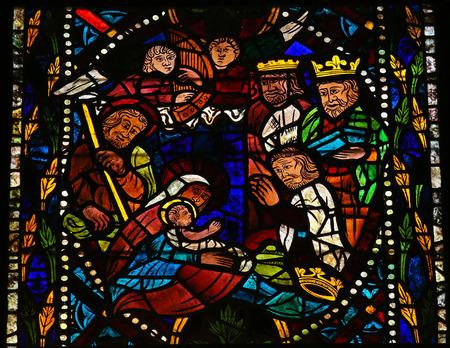 Buntglasfenster, das eine Krippe mit der Heiligen Drei Könige aus dem Morgenland in der Kathedrale von Leon, Kastilien und Leon, Spanien. Standard-Bild