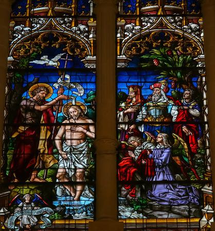 battesimo: BURGOS, SPAGNA - 13 AGOSTO 2014: Vetrata raffigurante il Battesimo di Ges�, da San Giovanni nella cattedrale di Burgos, Castiglia, Spagna.