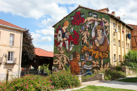 HONDARRIBIA, Spanje - 27 mei 2014: Muurschildering gemaakt door een onbekende kunstenaar in Hondarribia, een stad in Gipuzkoa, Baskenland, Spanje, vlakbij de Franse grens.