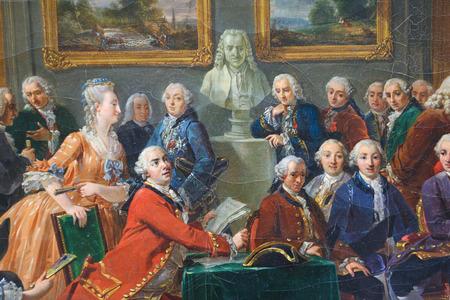 Rouen, Frankreich - 10. Februar 2013: Malerei, die das Lesen der Tragödie l'Orphelin de la China von Voltaire im Salon von Madame Geoffrin in 1775. Diese Malerei, im Museum von Rouen, wurde von Gabriel Lemonnier 1814 erstellt , keine richtige Standard-Bild - 35780608