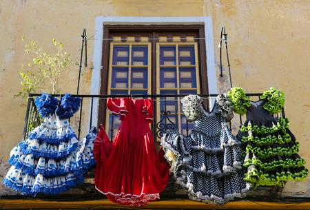 bailando flamenco: Trajes de flamenca tradicional en una casa en M�laga, Andaluc�a, Espa�a.
