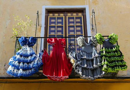 bailando flamenco: Trajes de flamenca tradicional en una casa en Málaga, Andalucía, España.