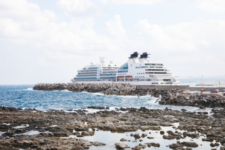 kreta: RETHIMNO, GREECE - OCTOBER 3, 2014: Large Cruise Ship at the Port of Rethymno on the island of Crete, Greece. Editorial