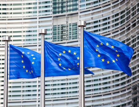 ベルレモンの建物は、ブリュッセルの欧州委員会の本部の前にヨーロッパの国旗。 写真素材