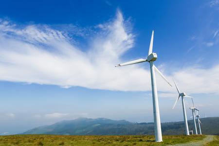 Turbina wiatrowa na lądzie farm w północnej części Galicji, w Hiszpanii. Zdjęcie Seryjne