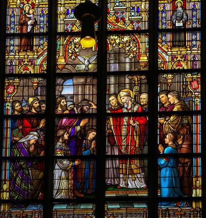confirmacion: 'S Hertogenbosch, LOS PAÍSES BAJOS - 23 DE JULIO 2011: vitral que representa a San Lambertus unción los Taxandrians durante la Confirmación, el rito de iniciación en la iglesia católica. Esta ventana se encuentra en Den Bosch Catedral, Norte Braban