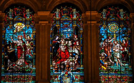 battesimo: MALAGA, SPAGNA - NOV 29, 2013: Vetrata raffigurante Ges� gettando via Lucifero, Ges� alle nozze di Cana e Ges� battezzato nel fiume Giordano da San Giovanni, nella cattedrale di Malaga, in Spagna.