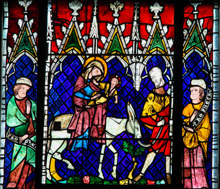 sacra famiglia: STRASBOURG, FRANCE - MAY 9, 2015: Stained glass depicting the Flight into Egypt in the cathedral of Strasbourg, France Editoriali