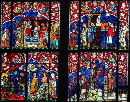 satanas: ESTRASBURGO, FRANCIA - 9 DE MAYO, 2015: vidriera que representa diversas escenas de la vida de Jes�s, incluyendo Su bautismo y la tentaci�n por Satan�s, en la catedral de Estrasburgo, Francia