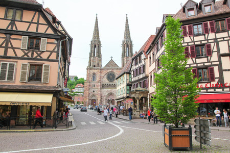 des vins: OBERNAI, FRANCE - MAY 8, 2015: Church of St. Peter and St. Paul and historic houses in the center of Obernai, Bas-Rhin, Alsace, France