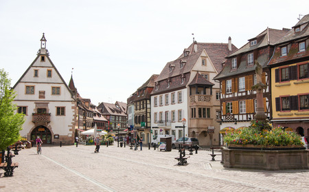 vins: OBERNAI, FRANCE - MAY 11, 2015: Market square in the old center of Obernai, Bas-Rhin, Alsace, France