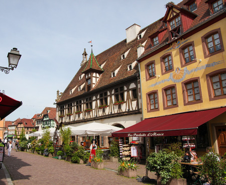 des vins: OBERNAI, FRANCE - MAY 11, 2015: Street with typical half-timbered houses in Obernai, Alsace, France Editorial
