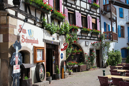 des vins: OBERNAI, FRANCE - MAY 11, 2015: Traditional half-timbered houses in Obernai, Alsace, France
